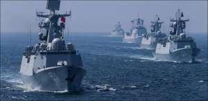 La flotte russe qui accompagne le puissant porte-avions russe.