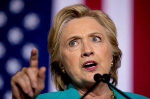 L'organisation d'Hillary Clinton a fustigé la police fédérale américaine (FBI), affirmant que les récents courriels qu'examine le corps policier ne sont pas liés à la candidate démocrate. Pendant ce temps, parcourant l'ouest des États-Unis, le républicain Donald Trump a tenté de tirer avantage de cette dernière controverse. John Podesta, le directeur de campagne de Mme Clinton, a déclaré aux journalistes que la lettre du directeur du FBI James Comey au Congrès était «pleine d'insinuations», mais n'apportait «aucun fait concret». D'autres démocrates ont dénoncé que cette révélation pourrait déterminer de façon injuste le résultat de l'élection présidentielle du 8 novembre. M. Podesta a insisté pour dire qu'il n'y avait «aucune preuve d'actes répréhensibles» et que rien ne prouve encore que ces courriels concernent Hillary  Clinton.