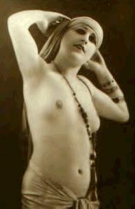 Photo prise en 1905 lors de sa représentation totalement nue.Cette représentation lui apportera un succès fantastique...auprès de l'élite polotique et financière de l'époque.Seulement cette photo se vendra fort cher ...sous le manteau.En s'influenceant de la culture orientale,elle réinvente le streap tease .Avec elle,le corps de la femme devient une oeuvre d'art.