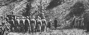 """L'exécution, 15. Octobre 1917 Au matin du 15 octobre 1917, à 6h15, sa grâce ayant été rejetée par le Président de la République Raymond Poincaré, Margaretha Zelle, ralliée au protestantisme depuis peu, est transférée en voiture cellulaire au polygone de Vincennes où l'attendent soldats et badauds. Mata Hari refuse qu'on lui bande les yeux. Onze balles et le coup de grâce asséné par un officier de cavalerie rassasient la vindicte populaire : """"sa disparition réaffirmait l'autorité d'un pays rendu exsangue par une guerre meurtrière dont l'inutilité commençait à poindre"""" (J.-M. Loubier). Son corps, non réclamé, est mis à la disposition de l'institut médico-légal."""