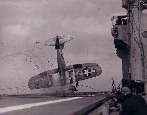 Durant la Deuxième Guerre Mondiale,un  Vought F4U Corsair rate son atterrissage.