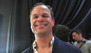 James Alefantis est l'homosexuel dégénéré qui dirige Comet Ping Pong. James Alefantis « aime » les enfants.