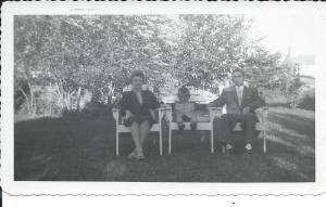 Photo prise par un parent de ma mère ,en aout...1959!Oui,c'est bien moi assis entre mon père et ma mère:j'avais cinq ans à ce moment-là!/ Photo taken by a relative of my mother, in August 1959 ...! Yes, that's me sitting between my father and my mother: I was five at the time! / Foto tomada por un pariente de mi madre, en agosto de 1959 ... Sí, ese soy yo, sentado entre mi padre y mi madre: yo tenía cinco años en el momento