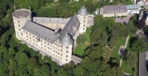 Ler château de Wewelsburg a été rebâti depuis 1945. C'est dans des laboratoires rapprochés que l'ovni de Freiburg aurait été amené en 1936,sous l'ordre d'Henrich Himmler. Plus de 45 millions de reichmarks auraient été investi dans cette grande découverte.