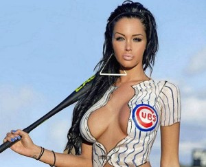 Une fan des Cubs Nabilla en jolie mascotte pour les joueurs de baseball de Chicago !