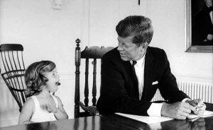 En 1975, Caroline Kennedy (fille de JFK et Jackie Kennedy) était en visite à Londres pour suivre un cours d'art long de l'année à la maison de vente aux enchères Sotheby, quand une voiture piégée a explosé devant la maison qu'elle habitait. La bombe a explosé peu avant elle était due de quitter la maison et entrer dans la voiture, qui a été truqué avec des explosifs. Caroline a survécu ainsi l'attaque.