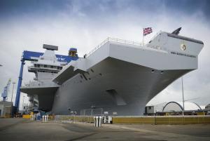HMS Queen Elizabeth HMS Queen Elizabeth est l'un des plus grands navires de la marine britannique. 40 avions peuvent atterrir sur elle. Son  système d'arme est le plus avancé dans le monde.