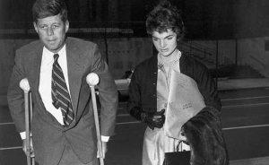 JFK a souffert de la maladie d'Addison, qui lui a donné chronique et au moment débilitante maux de dos. En 1954, il a subi deux opérations de la colonne vertébrale presque mortelles. La soeur de JFK, Eunice a été également soupçonné d'avoir la maladie.