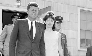 Le 7 Août 1963, Jackie Kennedy a donné naissance à un petit garçon prématuré, Patrick, par césarienne, mais tragiquement il est mort deux jours après la naissance. Jackie avait également subi une fausse couche en 1955 et a donné naissance à une fille mort-né, Arabella, en 1956.