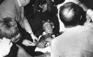 Le 5 Juin 1986, Robert F. Kennedy, le troisième des fils Kennedy, a été assassiné à Los Angeles dans les moments après sa victoire dans la primaire présidentielle Californie démocratique. Robert a tenté de suivre les traces de son frère aîné, mais il lui a coûté sa vie.