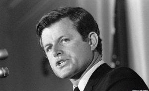 Le 19 Juin 1964, Ted Kennedy, qui était un sénateur américain à l'époque, a été impliqué dans un accident d'avion. L'avion privé qu'il voyageait dans le mauvais temps a frappé et écrasé dans un verger de pommiers dans la ville de Southampton, Massachusetts. Kennedy a survécu, mais le pilote et un de ses collaborateurs ont été tués. Ted a été tiré de l'épave et passé des semaines à la récupération d'une, des côtes cassées, des hémorragies internes dos cassé et un poumon perforé.