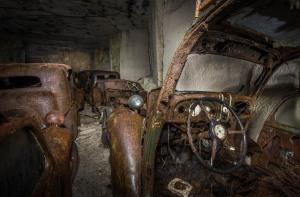 Malheureusement, les voitures ne sont pas exactement en très bon état; si elles ne sont pas brisées, elles étaient couvertes de rouille. En effet, certaines d'entre elles étaient tellement délabrées qu'elles ont dû être détruites avant d'être caché.