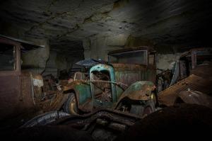 Après avoir fait sa découverte étonnante, Michel a dit que certaines des voitures ont ensuite été retirées de la carrière et vendues. Et sans doute leur âge rendait précieuses des pièces de collection, sinon leur état. La plupart des véhicules, cependant, ont été tout simplement abandonnées là, trop endommagées pour être déplacées.