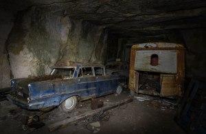 Cependant comme pour ajouter au mystère, il semble que quelqu'un a eu accès à la carrière à un moment donné au cours de ces décennies. En effet, à côté des véhicules rouillés ,il y a  une poignée de  modèles plus récents, dont certains ont même conservé leur peinture d'origine - comme un bleu 1960 Opel Kapitän.