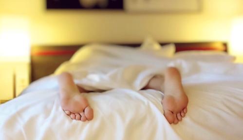 personne-dormant-dans-un-lit
